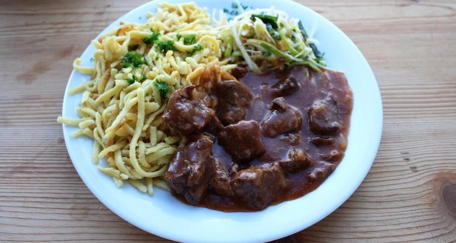 Rindergulasch mit Spätzle und Salat