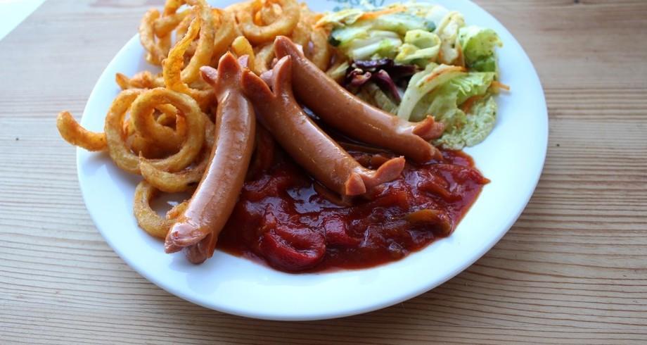 Drei Grillwürstchen mit Letscho, dazu Pommes Twister und Salat