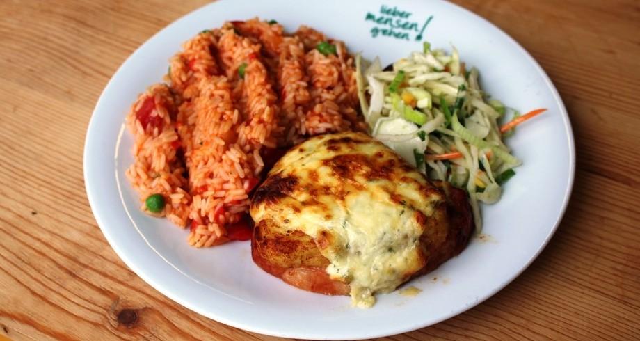 Gratiniertes Kasslerrückensteak mit Rösti und Gouda an Djuvec-Reis , dazu Salat