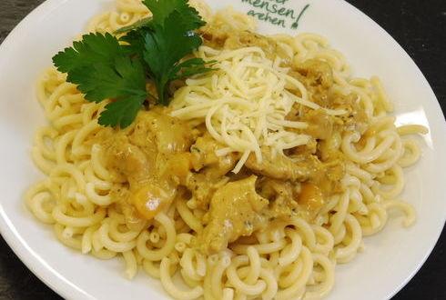 Pasta (auch Vollkorn) mit Hähnchen-Currysoße oder Kräuterpesto, dazu geriebener Gouda