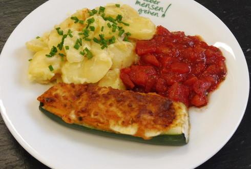 Mit Ratatouille gefüllte Zucchini auf würziger Tomatensalsa, dazu Bechamelkartoffeln