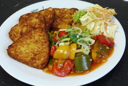 Buntes Paprikaragout mit Ingwer und Bambus, dazu Kartoffel-Röstiecken und Salat
