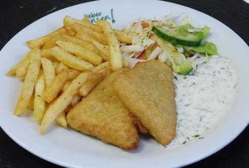 Fish and Chips-Seelachs im Backteig mit Remouladensoße und Pommes frites, dazu Salat