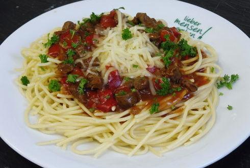 Spaghetti (auch Vollkorn) mit Rindergulaschsoße, oder Bärlauchpesto mit Ruccola, dazu geriebener Gouda