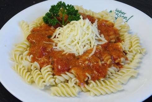 Pasta (auch Vollkorn) mit Tomaten-Käsesoße, oder veganem Basilikum-Pesto, dazu geriebener Gouda, oder italienischer Hartkäse