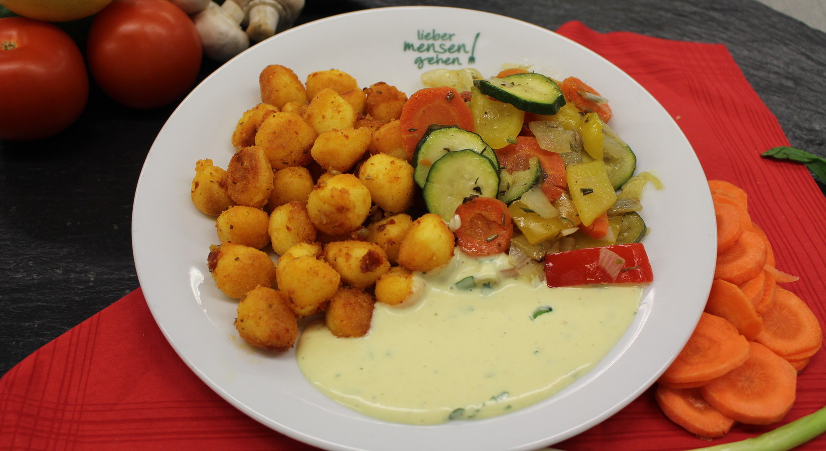 Ofengemüse an Gnocchi mit Tomatenpesto und Curry-Sojadip