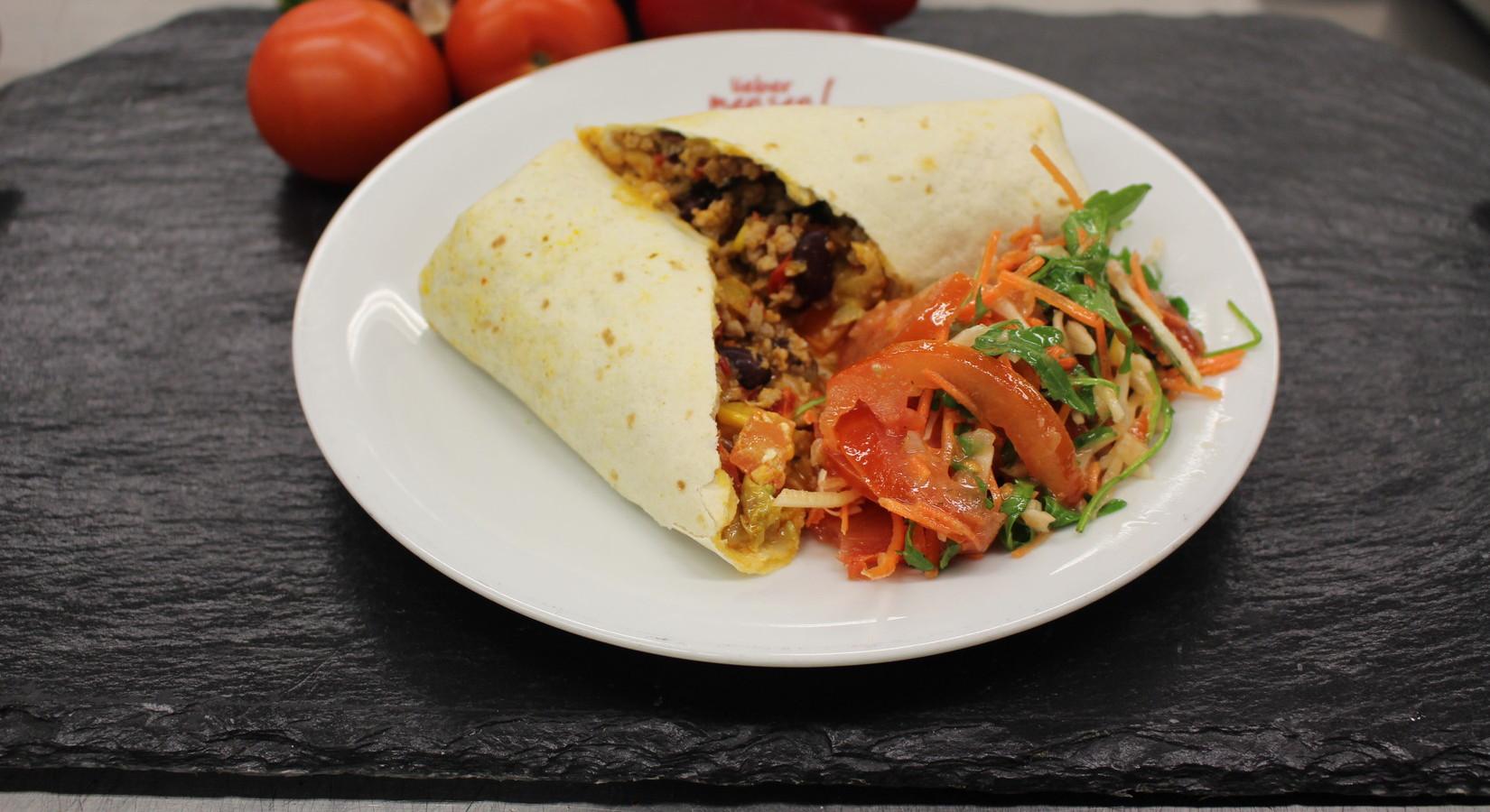 Burrito mit Peperonisalami und Paprika  , dazu Salat