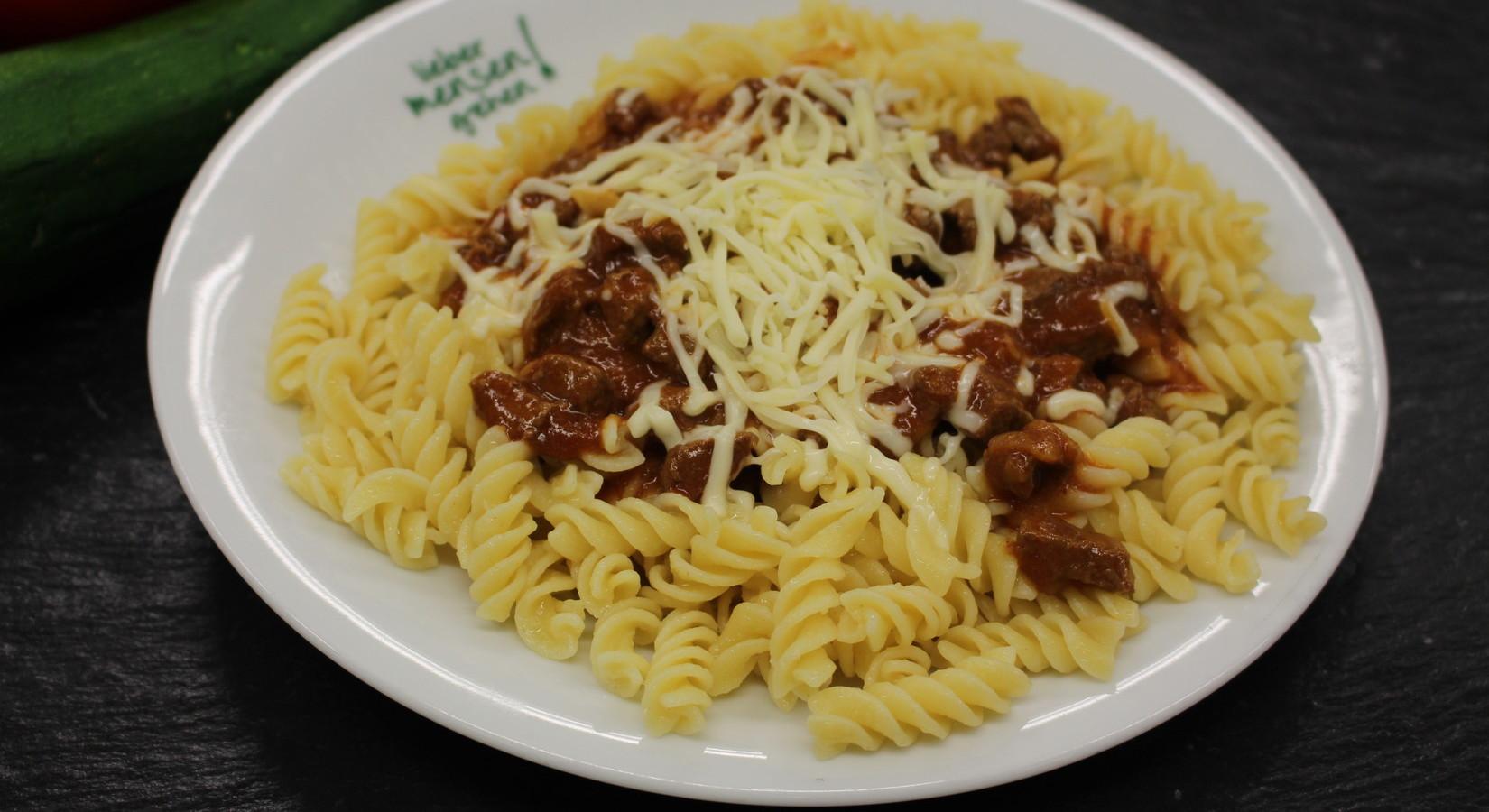 Spirelli mit Gulaschsoße oder Rahmsoße mit Tomaten und Zucchini, dazu geriebener Käse