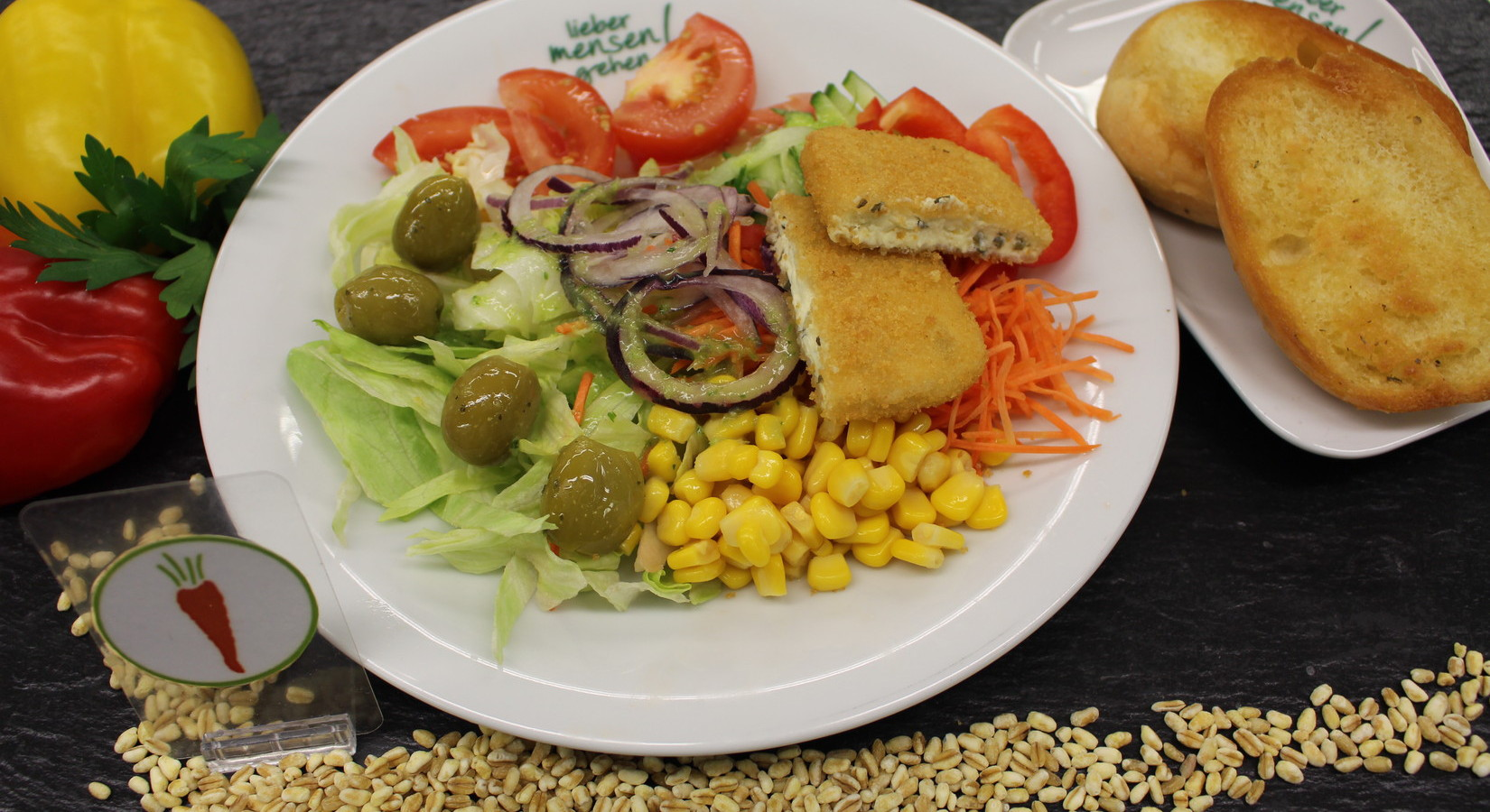 Bauernsalat mit Schnitzelstreifen oder  vegetarische Variation mit gebackenen Broccolinuggets , dazu geröstete Brötchenhälften