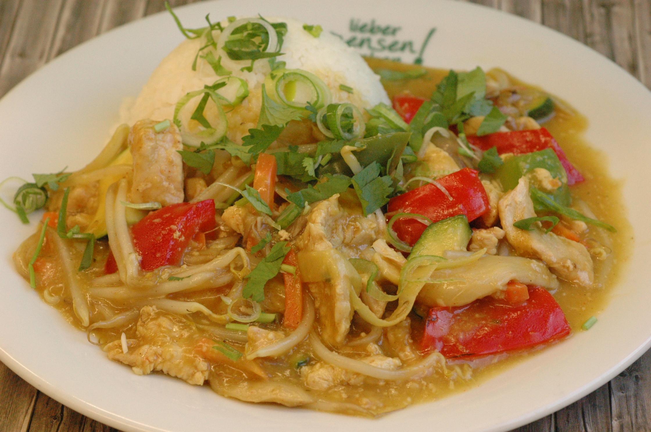 GA T XAO CARI VANG, Putenbrust mit Kokosmilch, Austernpilzen und Maiskölbchen, dazu Thaireis