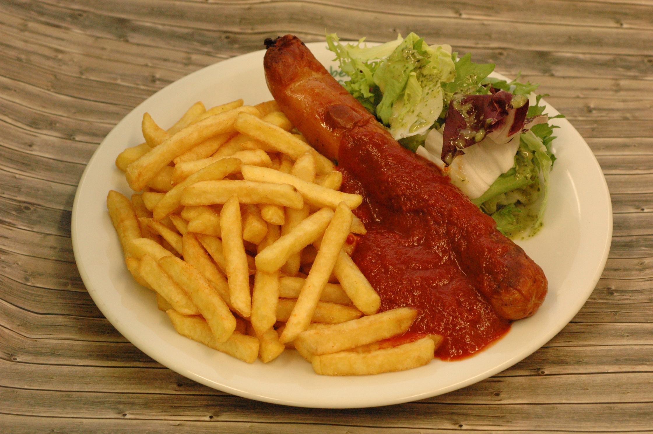 Leicht scharfe Currybockwurst mit Pommes frites und Salat